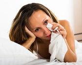 Eftertänksam kvinna i sängen — Stockfoto