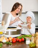 Anne ve kızı beraber yemek — Stok fotoğraf