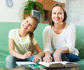 Mother with daughter doing homework — Stockfoto