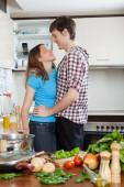 Couple flirter dans cuisine — Photo