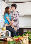 Pareja coqueteando en cocina — Foto de Stock