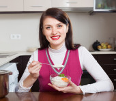 Mulher que come arroz — Fotografia Stock