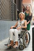 Szczęśliwa kobieta na wózku inwalidzkim — Zdjęcie stockowe