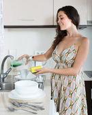 Huisvrouw afwassen — Stockfoto