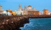 Cathedral and ocean coast in Cadiz — Fotografia Stock