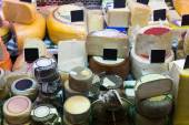 Market counter with cheese — Stock fotografie