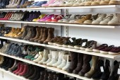 Store with wintry  shoes — Stock Photo