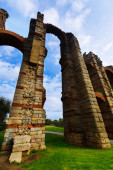 Wide angle shot of  roman aqueduct — Stock Photo