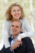 成熟夫妇爱情户外 — 图库照片