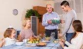 Congratulation heartily family at home — Stock Photo