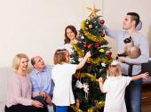 Family decorating New Year tree — Stockfoto