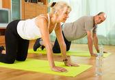 Mature couple doing exercises — Stock Photo