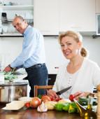 Szczęśliwa para starsza gotowanie warzyw — Zdjęcie stockowe