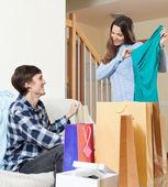 Kadın ve adam alışveriş torbaları ile — Stok fotoğraf