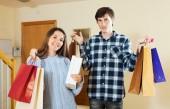 Evde alışveriş torbaları ile Çift — Stok fotoğraf