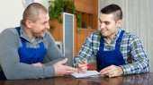 Two male workers reading documents — Φωτογραφία Αρχείου