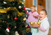 Happy children decorating a fir — Стоковое фото
