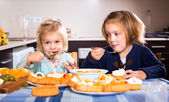 Kids chewing cakes — Foto Stock