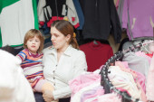 Mother and  baby girl  at clothes shop — 图库照片