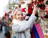 Girl chooses to holiday decor — Stock Photo