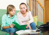 宿題をやっている息子を持つ母 — ストック写真