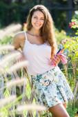 Frau arbeitet in rosen pflanzen — Stockfoto