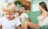 Pár s dětmi s hádkou — Stock fotografie