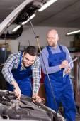 Mechanic assists insurance agent — Stock Photo