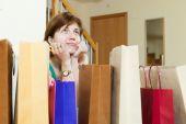 Mujer en casa con bolsas de compras — Foto de Stock