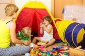 Madre e bambini che giocano — Foto Stock