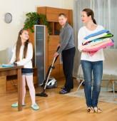 Dziewczyna z rodzicami w domu do czyszczenia — Zdjęcie stockowe