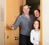 Family with key coming — Stock Photo