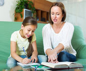 Mother with little daughter  doing homework — ストック写真