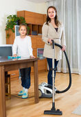 Woman and girl cleaning at home — Stockfoto