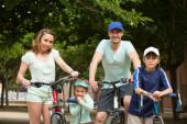 Rodzice i dzieci z rowerów — Zdjęcie stockowe