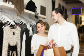 Couple with shopping bags at shop — Stockfoto