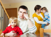 Rodzina z dwójką dzieci po kłótni — Zdjęcie stockowe