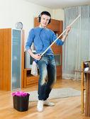 幸せな男洗濯床 — ストック写真