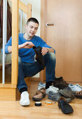 Man with shoes at home — Stockfoto