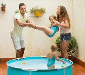 Rodzinne zabawy w basenie dzieci — Zdjęcie stockowe