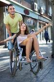 Echtgenoot nemen echtgenoot op rolstoel — Stockfoto