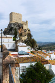 Arab castle at cliff over town — Stock Photo