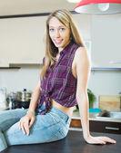 Vacker blond flicka på kök — Stockfoto
