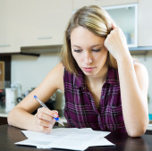 Woman filling in financial documents — Stock Photo