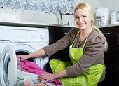 девушка с использованием стиральная машина — Стоковое фото