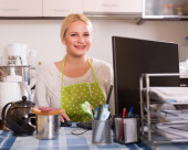 Freelancer with PC, tea and sandwich — Stock Photo