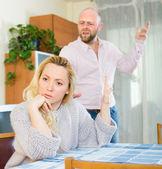 夫妻有室内的争吵 — 图库照片