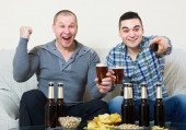 Friends commenting sport tv channel — Stock Photo