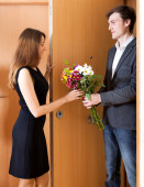 Smiling couple greeting in doorway — Stock Photo