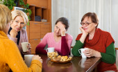 Senior female friends drinking coffee — Stock Photo